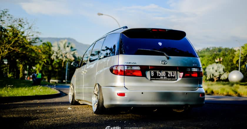 Josint's 2001 Bagged Toyota Previa